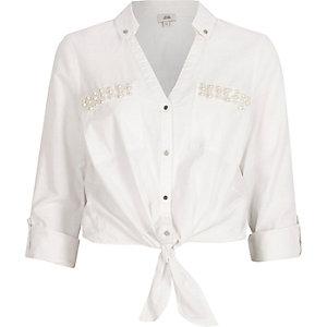 Weißes Hemd mit Perlenbesatz und Knotendetail vorne