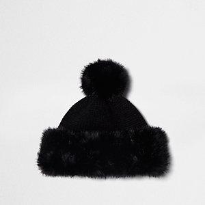 Bonnet en maille noir à pompon bordé de fausse fourrure
