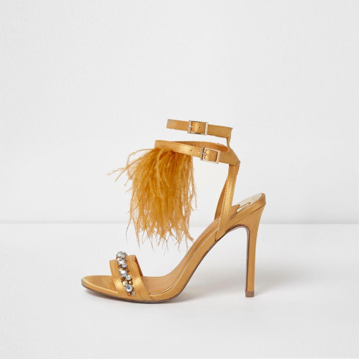 Gele satijnen sandalen met veren, sierstenen en hoge hak