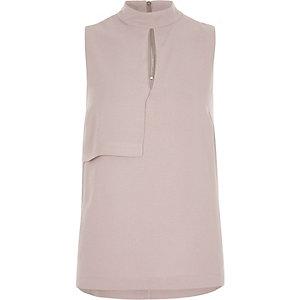 Roze mouwloze top met hoge halslijn en opening voor
