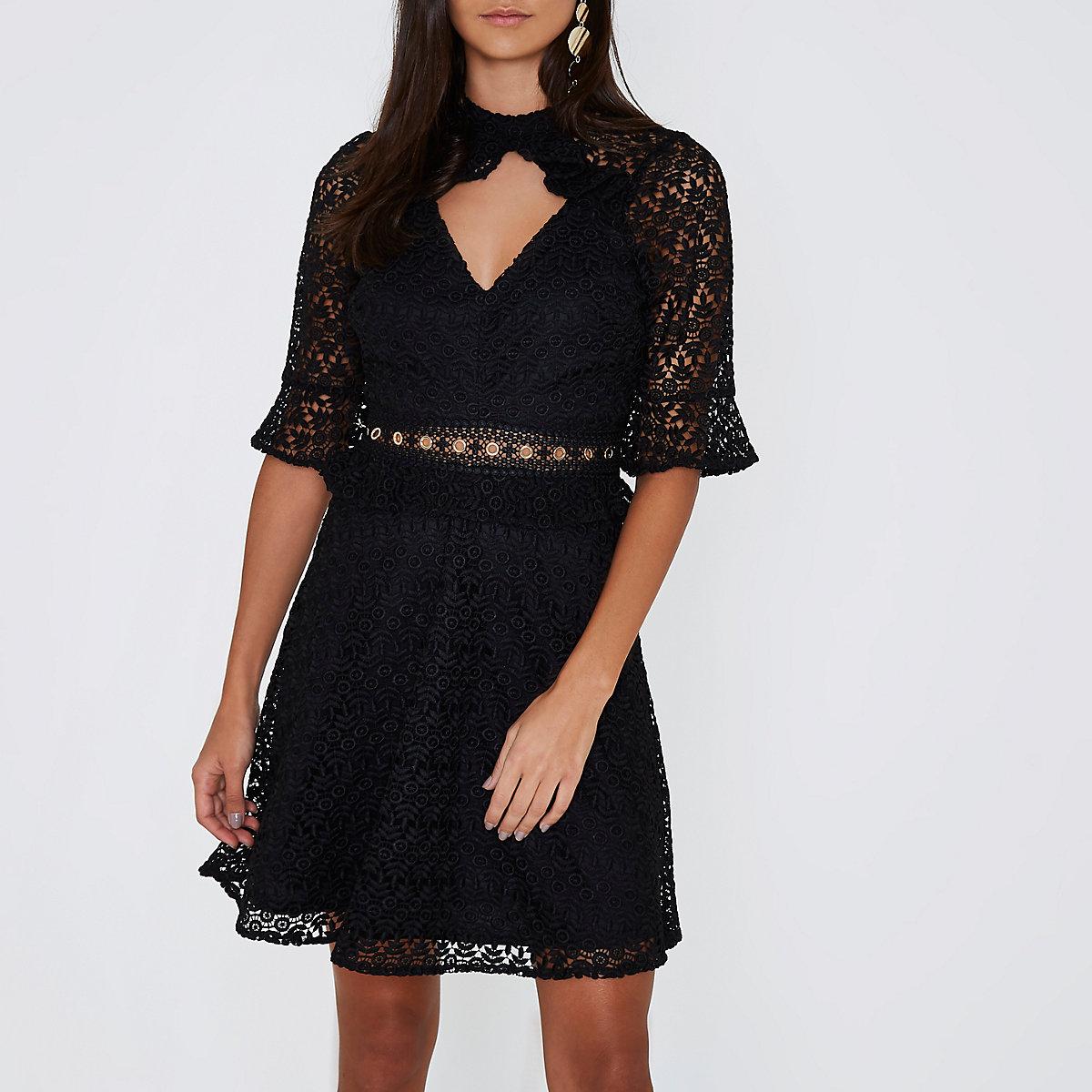 Zwarte kanten jurk met oogjes in de taille en opening in de hals