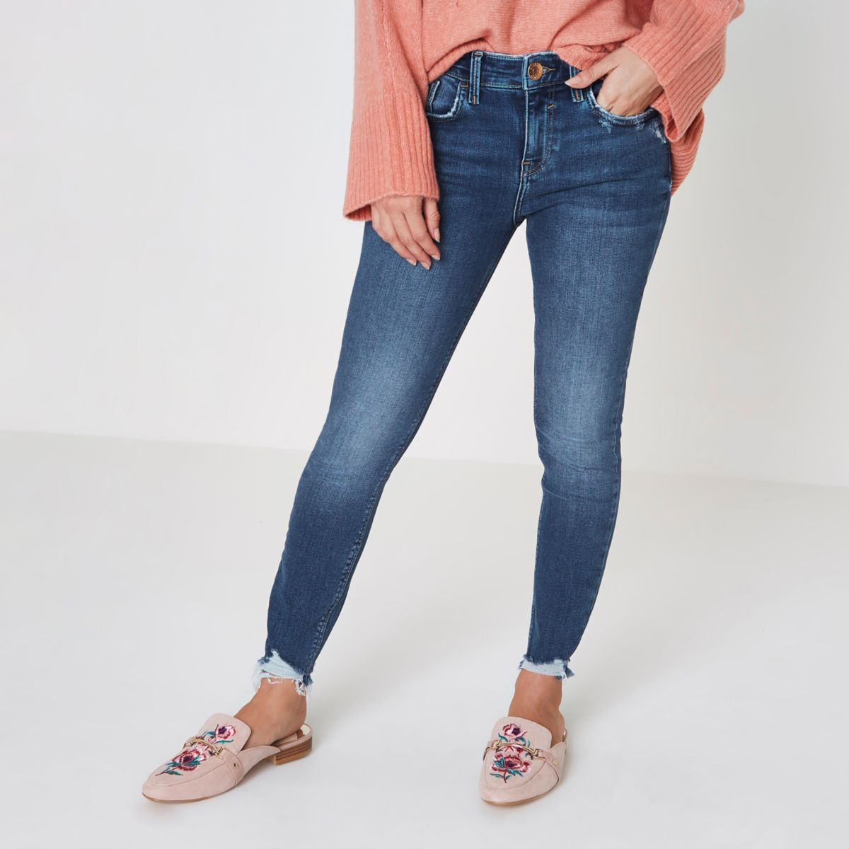 Petite Skinny Jeans. Look fantastic in a pair of petite skinny jeans. Skinny jeans are a favorite for many women and, like most style of jeans, they are incredibly versatile. This great style of jeans can be available in many different designs, including cropped jeans, wide legs jeans and more.