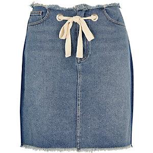 Mini-jupe en jean bleu à cordon et ourlets effilochés