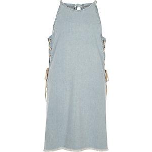 Robe courte en jean bleu clair lacée sur les côtés