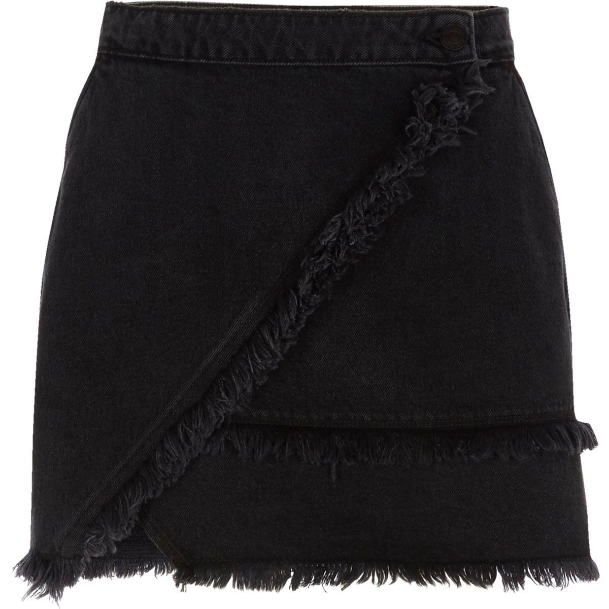 Schwarzer Jeans-Minirock mit Fransensaum