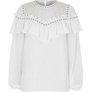 Weiße, langärmlige Bluse mit Zierösen und Rüschen