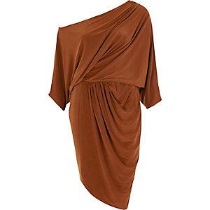 Bruine midi-jurk met vleermuismouwen en rimpeling opzij