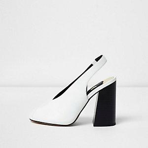 Witte sandalen met hoge wreef en contrasterende hak
