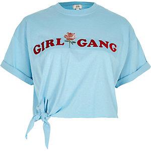 Blauw cropped T-shirt met 'girl gang'-print en knoop voor