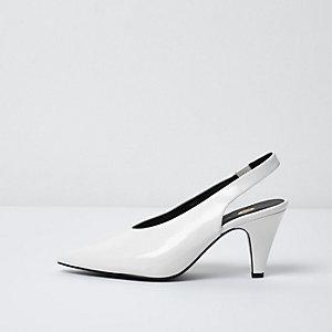Chaussures blanches à empeigne haute, petits talons et bride arrière