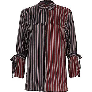 Chemise rayée bleu marine et rouge nouée aux manches