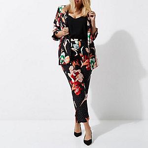 RI Plus - Zwarte smaltoelopende broek met bloemenprint