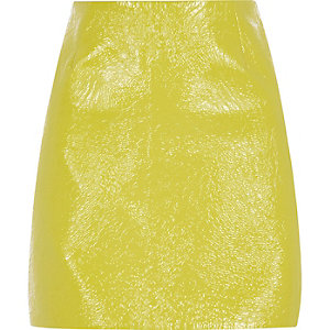 Mini-jupe en vinyle jaune citron texturée