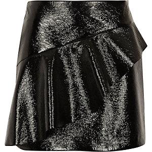 Mini-jupe en vinyle noir à volant devant