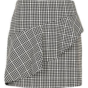 Mini-jupe à carreaux noire avec volant