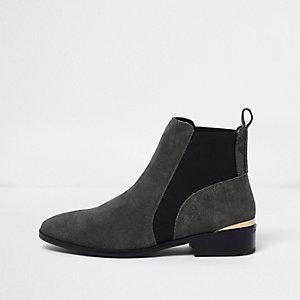 Grijze suède chelsea boots met goudkleurig accent en brede pasvorm