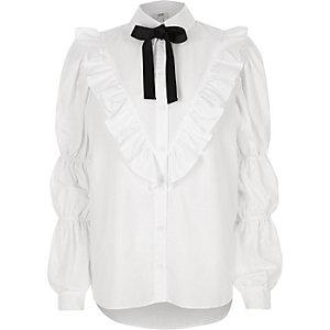 Weißes Hemd mit Rüschen und Schluppe