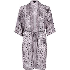 Lichtgrijze verfraaide kimono met strikceintuur
