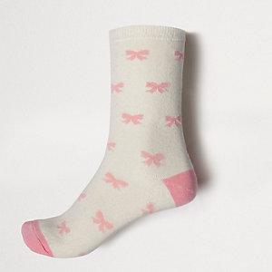 Crème sokken met strikjesprint