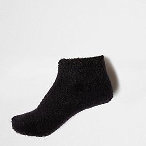 Schwarze, flauschige Sneakersocken