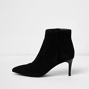 Zwarte suède laarzen met klein hakje en brede pasvorm
