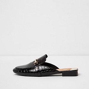Zwarte lakleren instappers met krokodillenprint in reliëf en open hiel