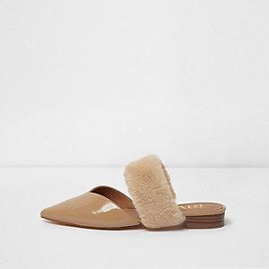 Nude slip-on schoenen met puntige teen en imitatiebont