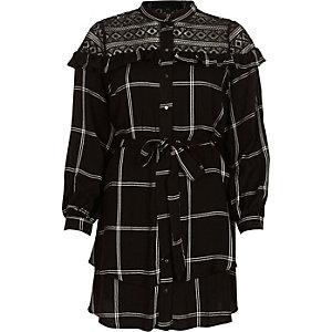 Robe chemise à carreaux noire avec empiècement en dentelle et ceinture