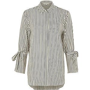 Wit overhemd met zwart-witte strepen en strik aan de mouwen
