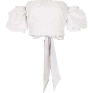 Crop top Bardot blanc à manches bouffantes et lien au dos