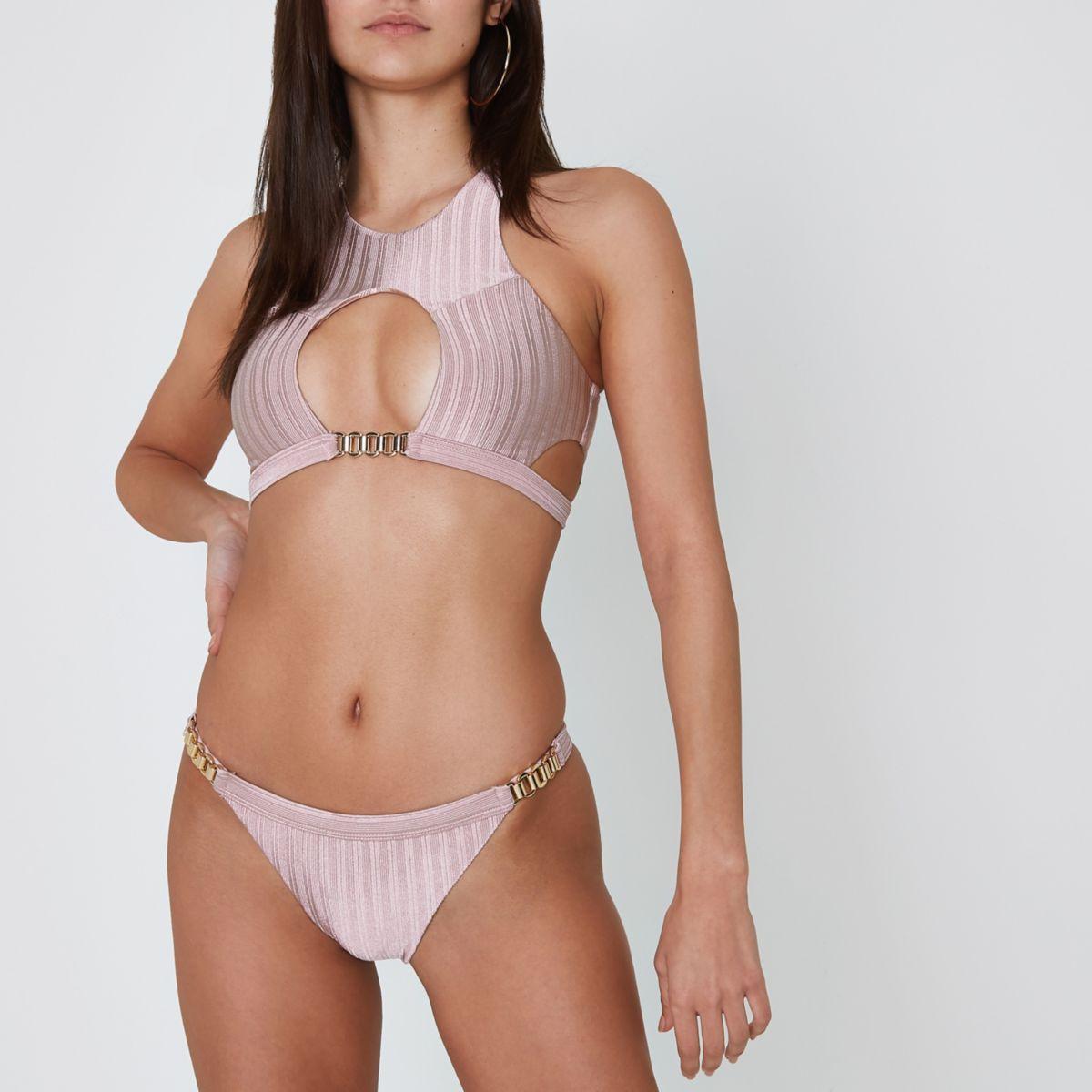 Lichtroze geribbeld bikinibroekje met ketting