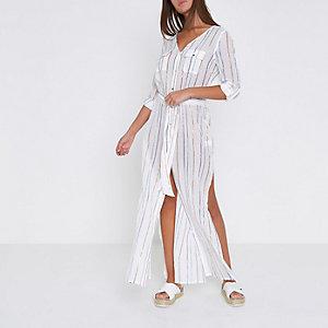 Tenue de plage style chemise longue rayée blanche