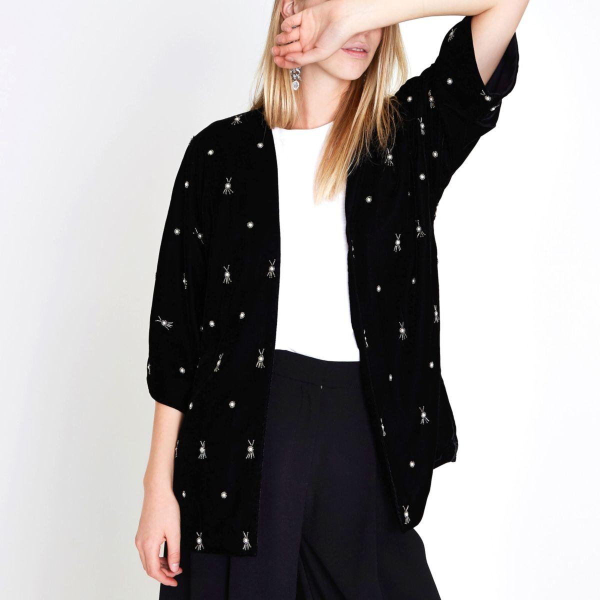 Kimono en velours noir orné de fausses perles