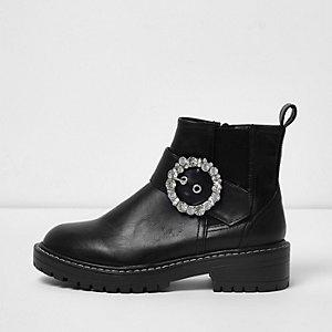 Schwarze, klobige Stiefel mit Profilsohle