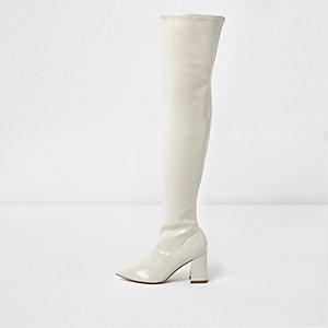 Crème lakleren laarzen tot over de knie met blokhak
