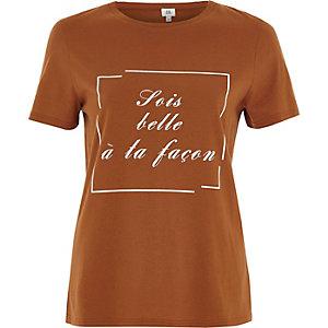 Oranje aansluitend T-shirt met 'sois belle'-print