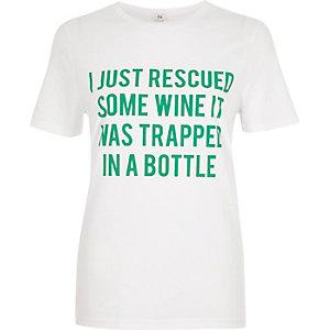 T-shirt blanc à manches courtes et slogan « Wine »