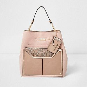 Roze handtas met slangenprint en kettingdetails