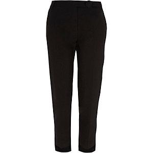 Zwarte smaltoelopende broek met ongelijke zoom
