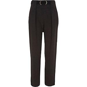 Zwarte smaltoelopende broek met ceintuur