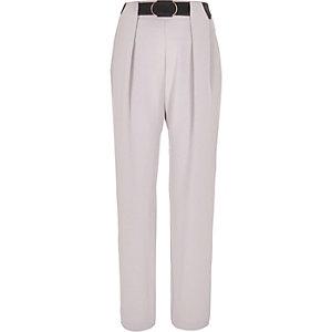 Pantalon gris fuselé à ceinture