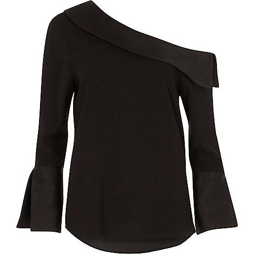 Zwarte top met lange wijduitlopende mouwen en blote schouder