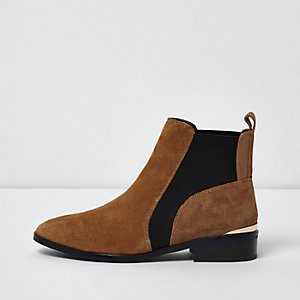 Bottines Chelsea en daim fauve coupe large
