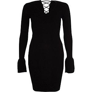 Zwarte geribbelde gebreide jurk met klokkende mouwen en vetersluiting op de rug