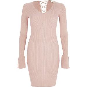 Roze geribbelde gebreide jurk met klokmouwen en vetersluiting op de rug