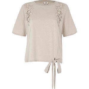 Crème T-shirt met bloemenapplicatie en strikjes aan de zoom