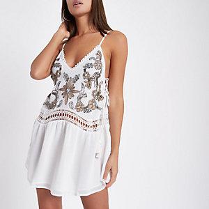 Weißes, verziertes Strandkleid mit tiefer Taille