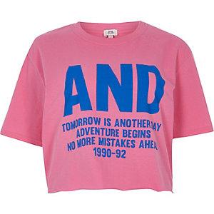 "Pinkes, kurzes T-Shirt ""and"""