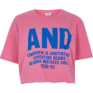 Roze cropped T-shirt met 'and'-print