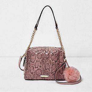 Roze doorgestikte tas met slangenprint, pompon en ketting